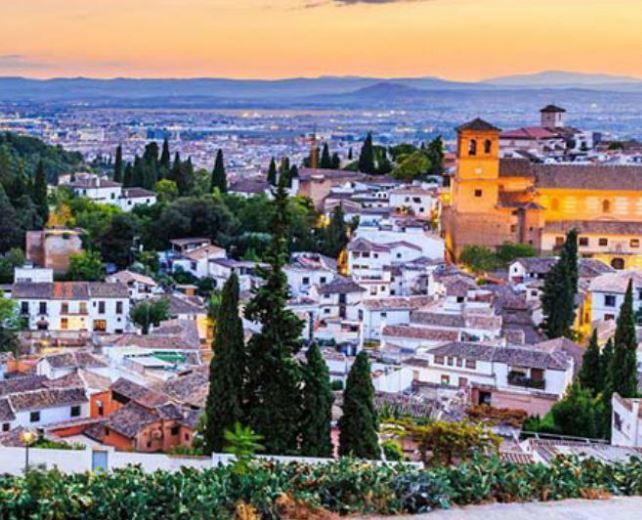 Granada en hotel 4 estrellas con desayuno + baños del Hammam