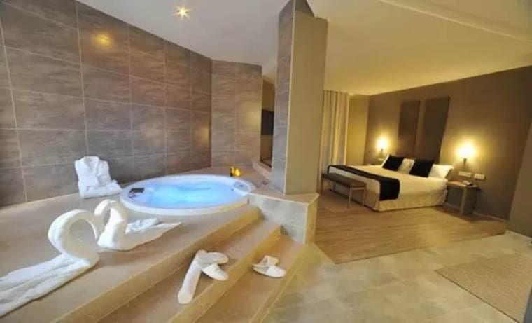 Suite para 2 con bañera hidromasaje, cava y detalle en Luve Hotel Valencia